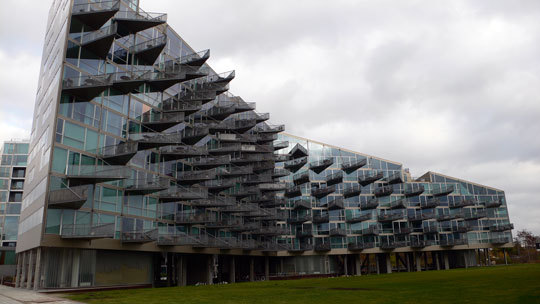 VM Houses, vue d'ensemble, logements V - Ørestad City, Copenhague, Danemark - Architectes : Bjarke Ingels Group, Julien De Smedt Architects - Photo : Vincent Laganier
