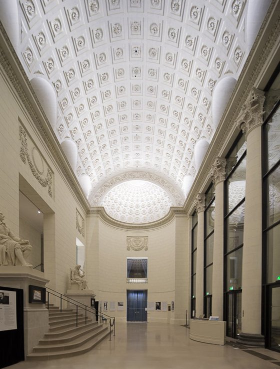 Vue de l'intérieur du vestibule, théâtre Graslin, Nantes, France – Conception lumière : Virginie Voué, Luminescence – Photo : Xavier Boymond