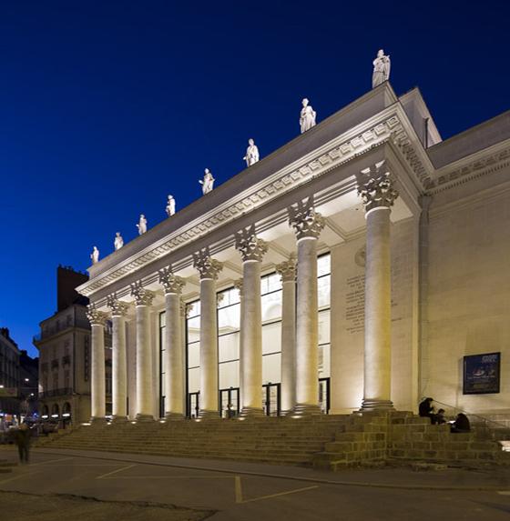 Vue de la place Graslin sur le théâtre Graslin, Nantes, France – Conception lumière : Virginie Voué, Luminescence – Photo : Xavier Boymond
