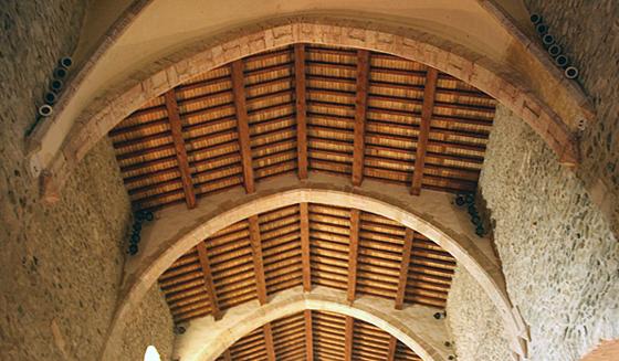 Détail de pose des projecteurs dans l'abbatiale, abbaye de Saint Michel de Cuxa, Prades, France – Photo : Agence Rossignol