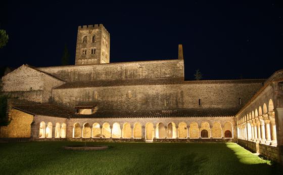 Vue d'ensemble de la mise en lumière, abbaye de Saint Michel de Cuxa, Prades, France – Photo : Agence Rossignol