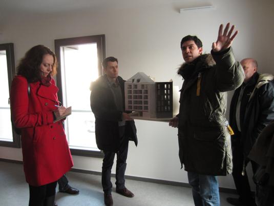 Maquette du projet avec Julien Rousseau, dans un séjour, logements sociaux, Paris, France - Fresh architectes