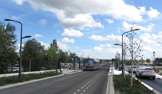 Transport-en-commun-en-site-propre,-axe-Nord-Sud,-Nimes,-France---Conception-lumière-et-photo-1-Cote-Lumiere-
