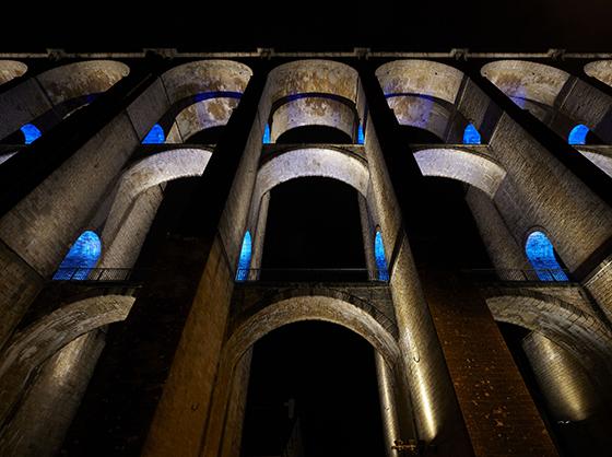 Au pied des arches, mise en lumière du viaduc de Chaumont, Haute-Marne, France – Conception lumière : Jean-François Touchard – Photo : Didier Boy de La Tour