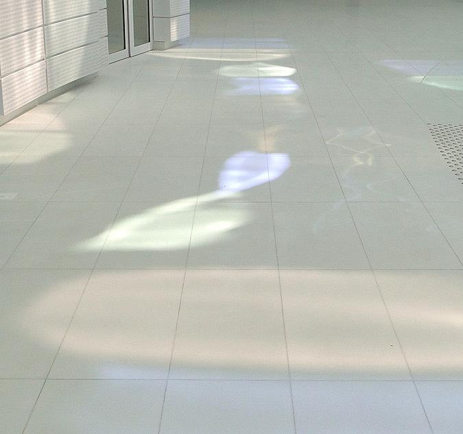 Déformation lumineuse des panneaux miroirs en mezzanine, hall d'accueil, Tour Eqho, Paris La Défense, France - Hubert & Roy architectes et associés © Concepto, Roger Narboni