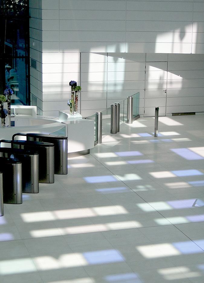 Projections colorées directes, hall d'accueil, Tour Eqho, Paris La Défense, France - Hubert & Roy architectes et associés © Concepto, Roger Narboni