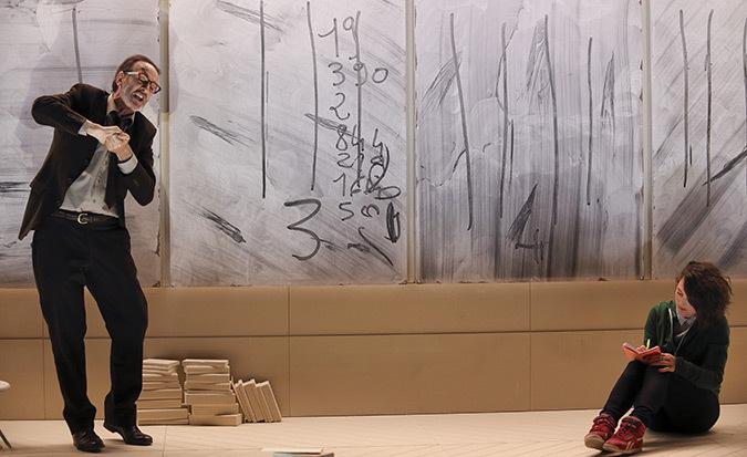 dissertation ionesco la lecon Dans la leçon, eugène ionesco représente l'histoire d'un vieux professeur qui reçoit chez lui une jeune bachelière pour lui donner des cours.