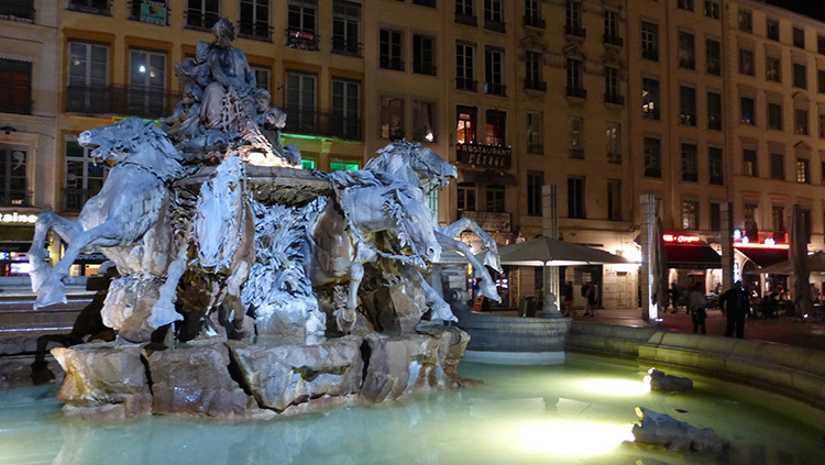 Fontaine Bartholdi 2, Place des Terreaux, Lyon, France - Conception lumiere Laurent Fachard - Photo Vincent Laganier