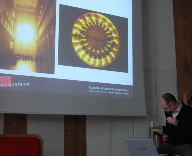 Eric Michel parlant de Olafur Eliason, Water Project, Londres - Lumière et perception, Rencards ACEtylène 2014, Nantes - photo : Vincent Laganier