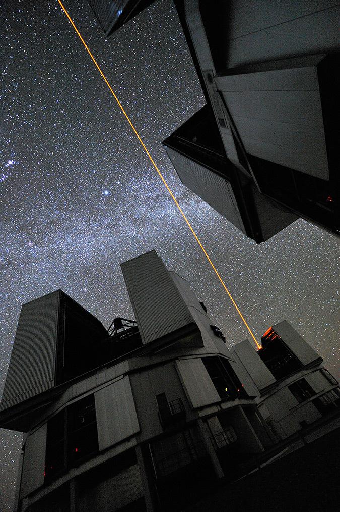Laser qui sert à faire une étoile artificielle pour l'observation astronomique -Plateforme VLT - Photo : G. Hüdepohl, ESO